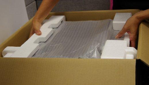 Извлеките ноутбук из упаковочной коробки