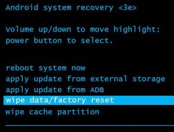 La opción Borrar datos/restablecer configuración de fábrica está resaltada en el menú de recuperación del sistema Android
